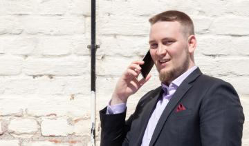 Jesse Uitto puhelimessa.