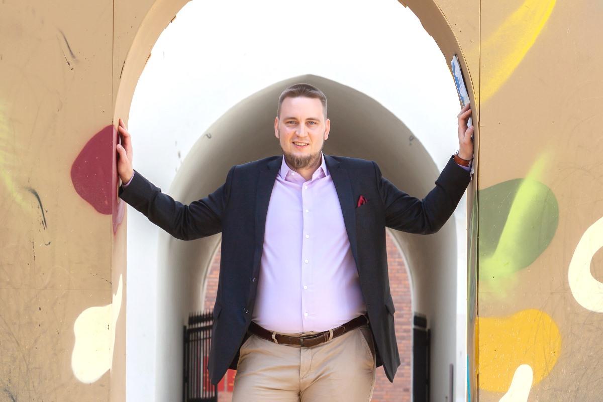 Jesse Uitto seisoo porttikongissa kädet seiniä vasten.