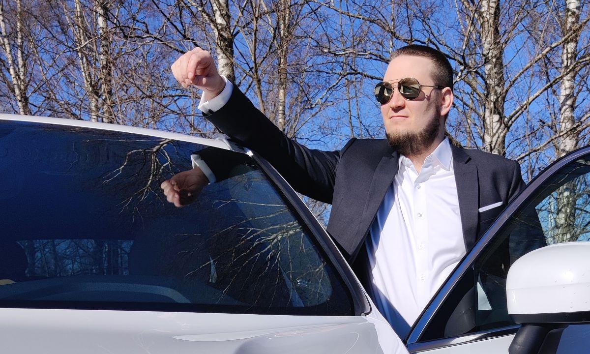 Jesse Uitto nojaa autoon.